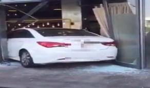 بالفيديو .. سيدة تقتحم مطعم بسيارتها في إحدى مناطق المملكة