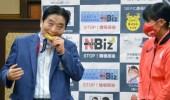  بالفيديو.. لاعبة يابانية تستبدال ميدالياتها الأولمبية بعدما وضعها رئيس بلدية بفمه