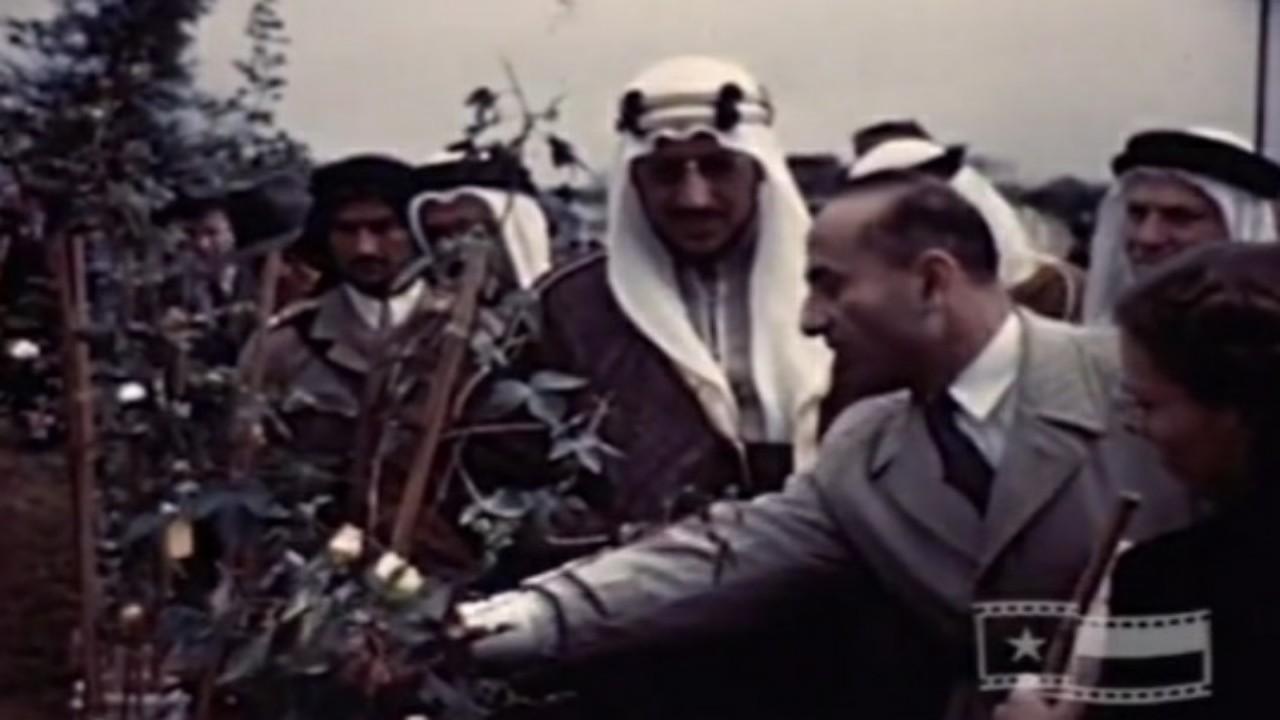 فيديو نادر يوثق زيارة الملك سعود للمحميات الزراعية بأمريكا لمشاهدة تطعيم القطن