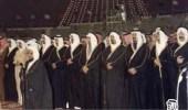 صورة نادرة تجمع الأمراء والمواطنين وقت صلاة العشاء عقب تولي الملك فهد الحكم