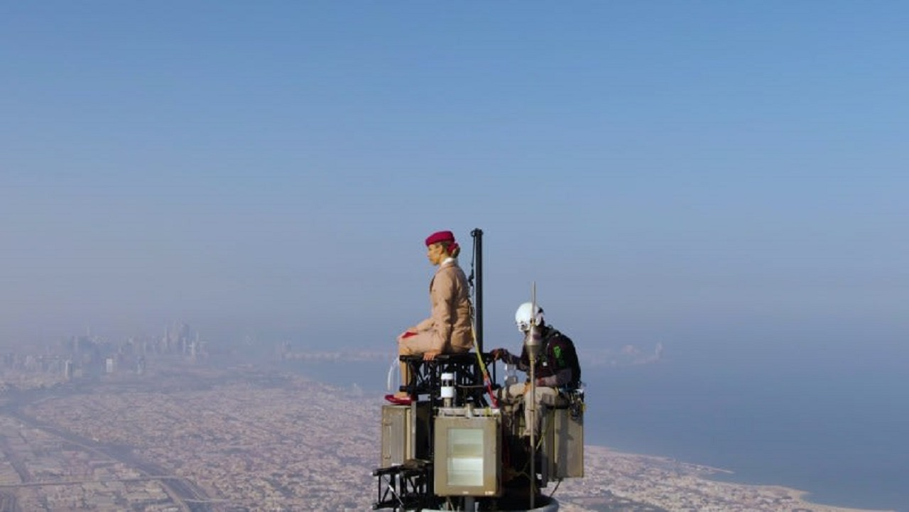 صور.. تفاصيل ظهور امرأة على قمة برج خليفة