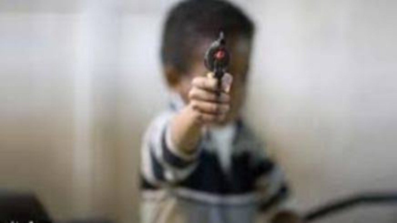 طفل يطلق النار على أمه ويقتلها عن طريق الخطأ