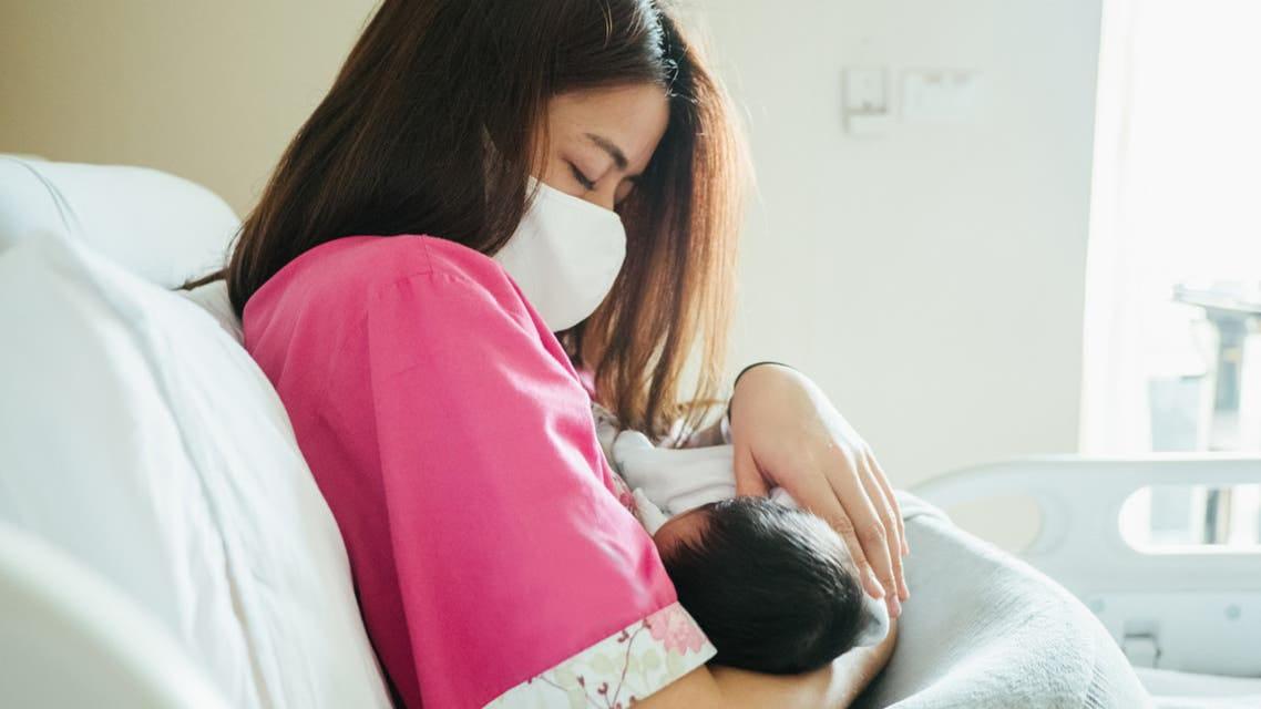 كيفية تعامل الأم المرضعة المصابة بكورونا مع طفلها