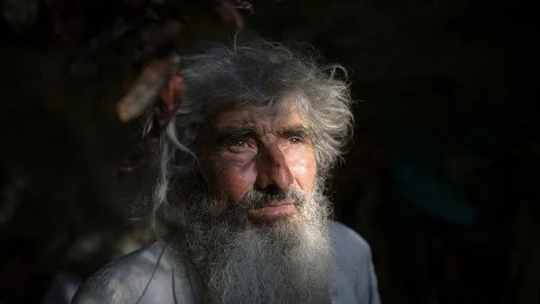 رجل يترك المدينة ويوزع أمواله ليعيش في الكهف