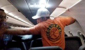 بالفيديو.. راكب يتحرش بمضيفتين على الطائرة