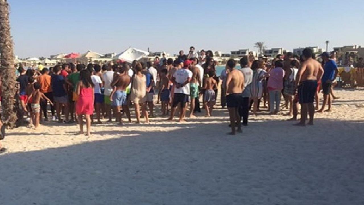 فتيات يتشاجرن بالمايوهات على شاطئ