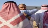 صورة..لحظة جلوس الأمير خالد بن الوليد أمام قبر والدته بعد انتهاء مراسم الدفن