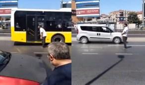 بالفيديو.. رجل يصلي وسط شارع رئيسي سريع