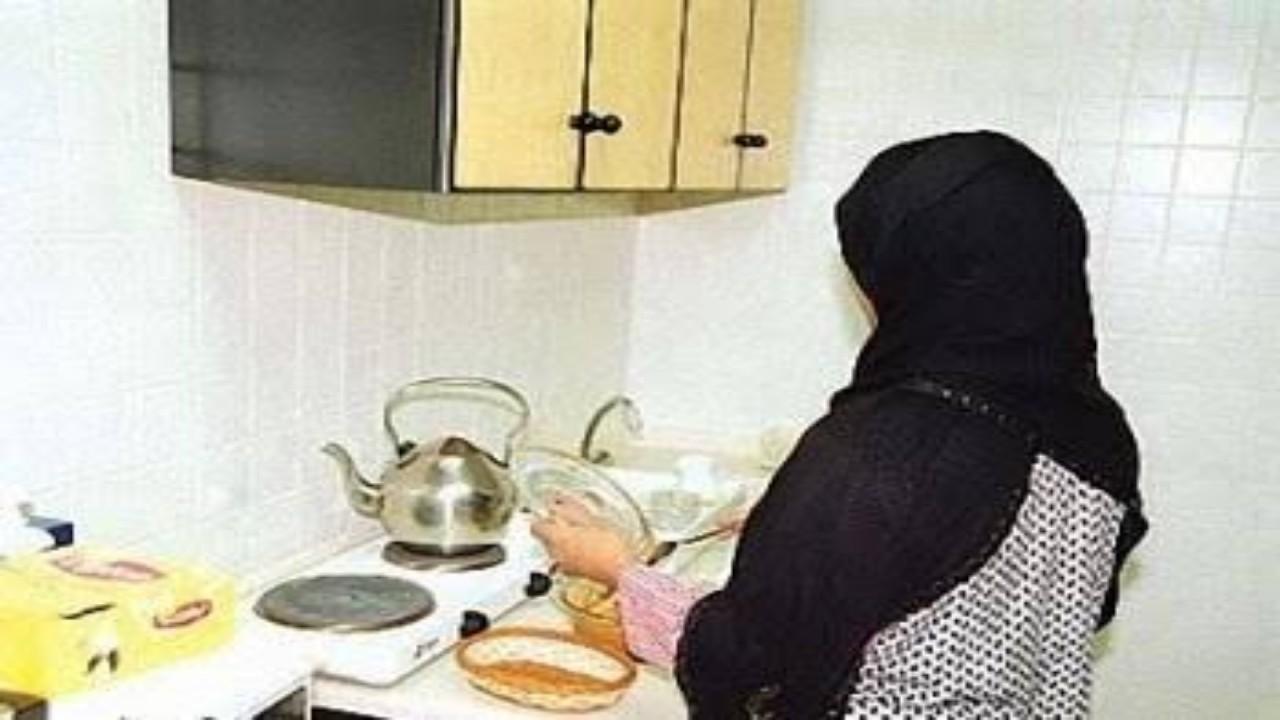 كويتي يُفاجأ بعاملته المتغيبة في منزله بعد محاولتها الانتحار