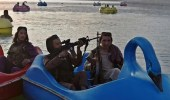 """عناصر """"طالبان"""" يلهون في ملاهي مائية حاملين أسلحتهم"""