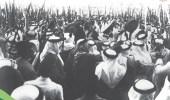 صورة تاريخية للملك عبدالعزيز وهو يشارك المواطنين أداء العرضة