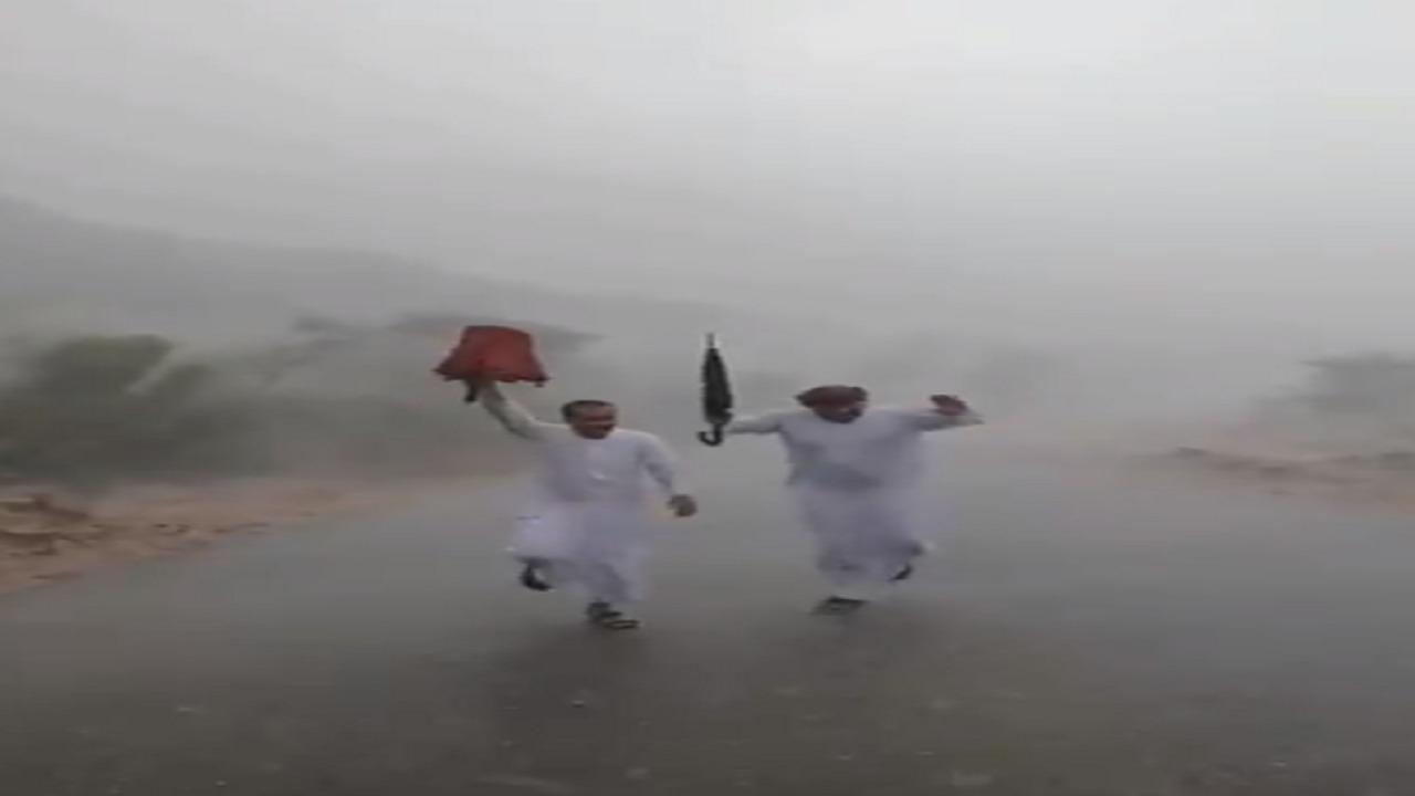 بالفيديو.. مواطنان يؤديان فن المجرور تحت المطر في الطائف