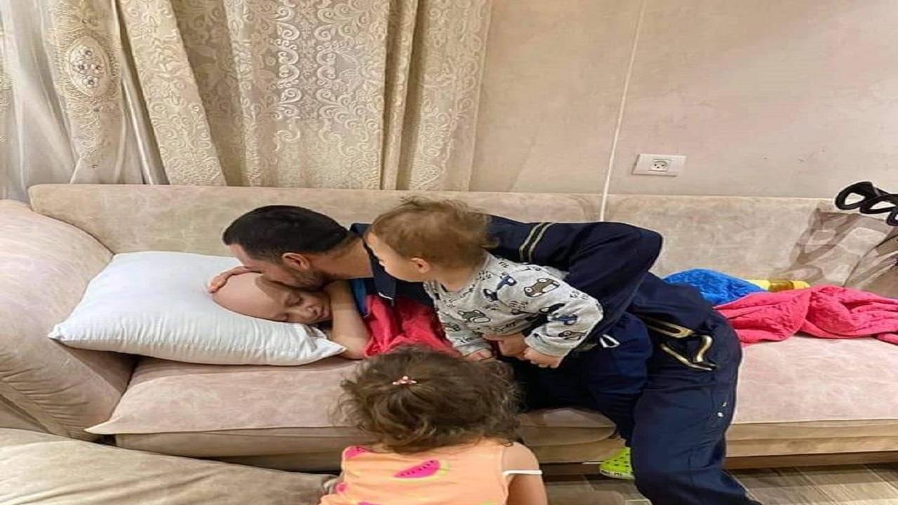 فلسطيني يودع نجله المصاب بالسرطان قبيل اعتقاله من قوات الاحتلال