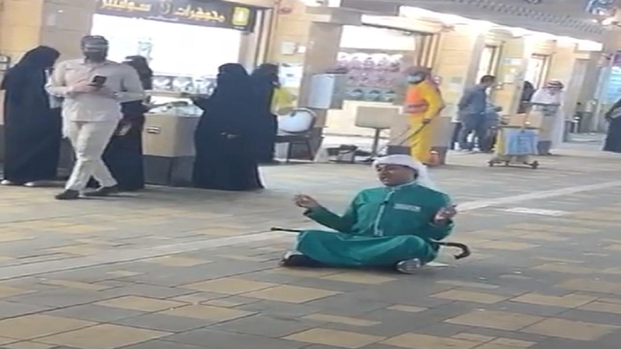 """بالفيديو.. """"الزعاق"""" يجلس على الأرض داخل أحد الأسواق التجارية"""