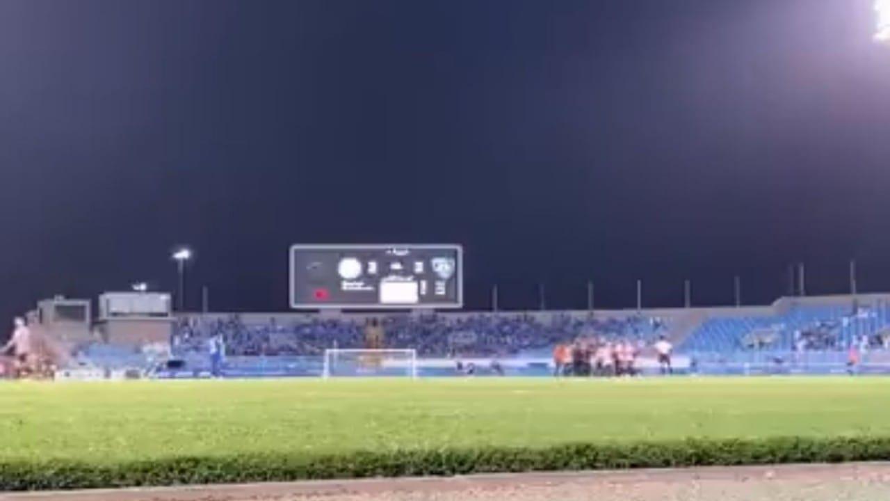 شاهد.. لحظة تهجم لاعبي وإداريي الاتفاق على حكم المباراة بعد صافرة النهاية