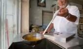 """بالفيديو.. بائع سمن يروي قصة عن مهنته: """"عمرها 180 عام"""""""
