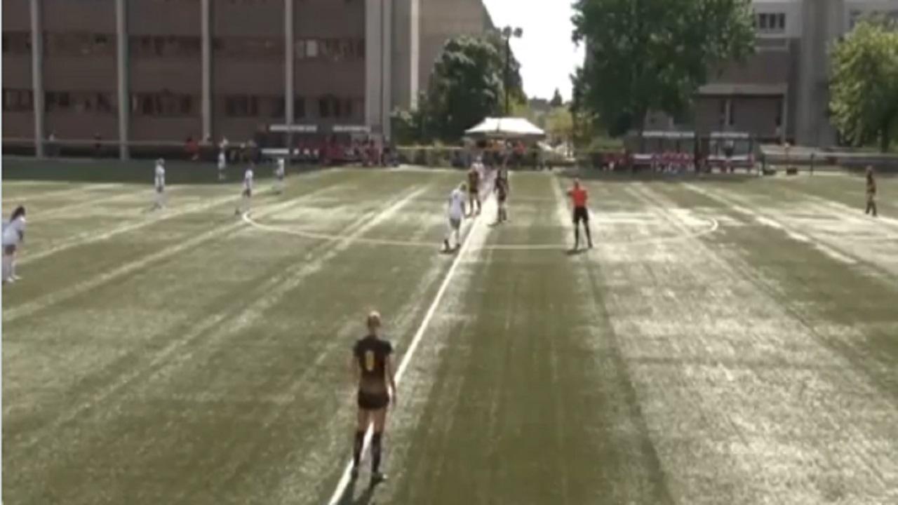 شاهد .. لاعبة كرة قدم تسجل هدفا من منتصف الملعب