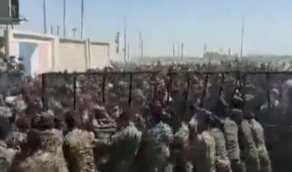 شاهد.. حشود كبيرة من الإيرانيين تقتحم الحدود وتدخل إلىالعراقبصورة غير شرعية