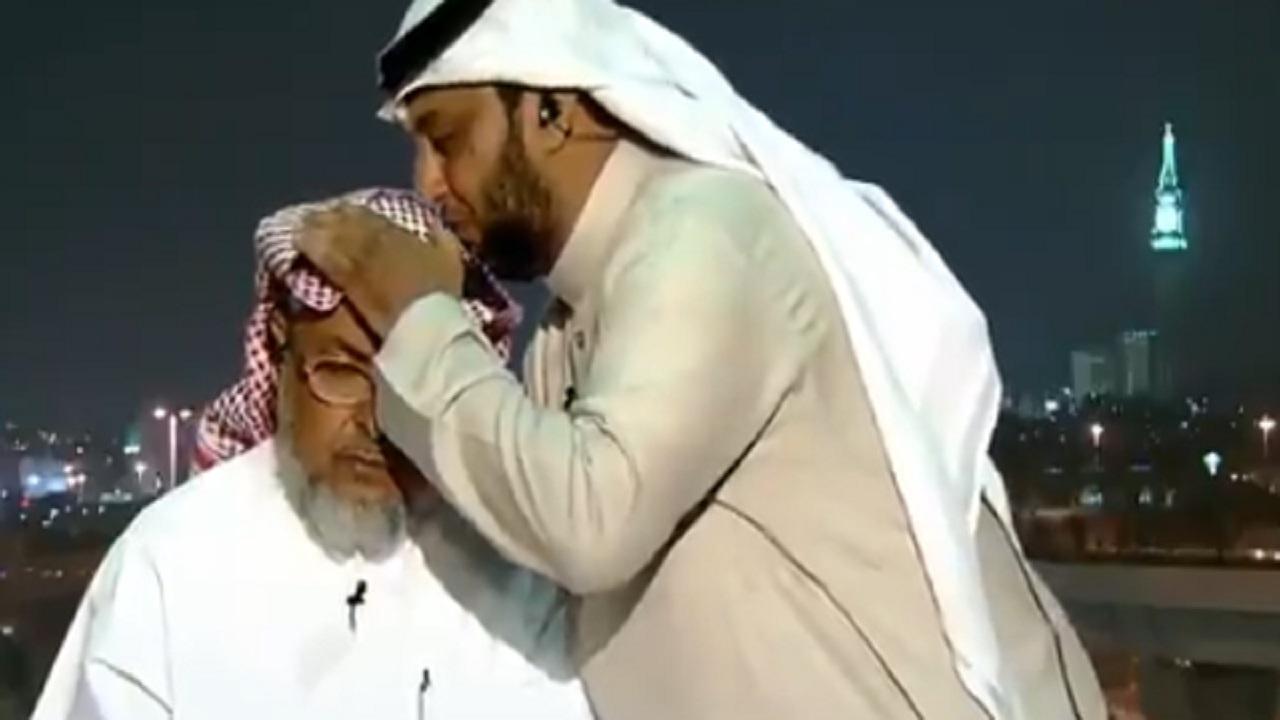 بالفيديو .. مواطن يقبل رأس والده على الهواء بعد تصنيفه ضمن أفضل 50 معلما في العالم