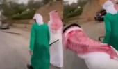 فيديو..شبان يضايقون الزعاق بعد مصادفته في بريدة