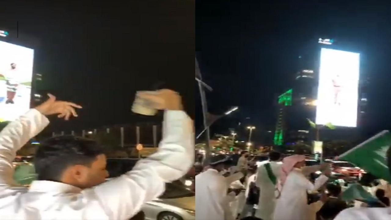 فيديو..أهالي الخبر يرددون النشيد الوطني وسط الشوارع