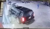 بالفيديو.. لحظة اصطدام مركبة بعدد من السيارات المتوقفة أثناء محاولة ركنها