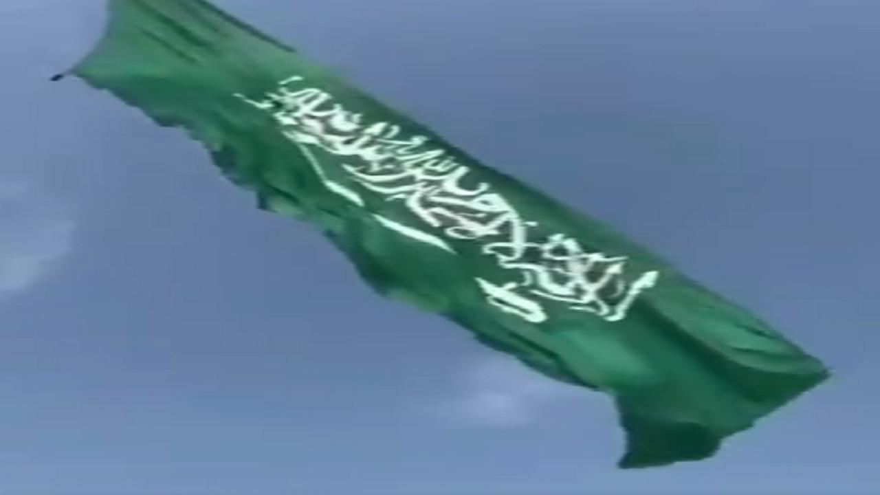 بالفيديو.. أضخم علم سعودي يُحلق في سماء جدة