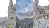 بالفيديو.. شبان يؤدون حركات بهلوانية فوق أحد المرتفعات