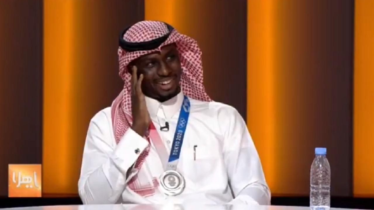 فيديو..البطل طارق حامدي يكشف تفاصيل مكالمة ولي العهد له بعد حصد الفضية