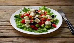 """العلماء يدرسون وضع لقاح كورونا في """"سلطة الطعام"""""""