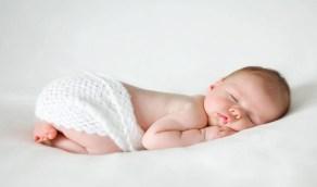 فوائد وأضرار نوم الرضيع على بطنه