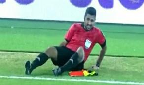 شاهد.. سقوط حكم الراية أحمد صادق خلال مباراة القادسية والعربي