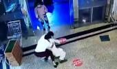 بالفيديو.. حارسي أمن يكشفان تفاصيل جديدة بشأن تحرش وافد بفتاة داخل مول بحائل