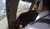 شاهد.. لحظات حاسمة لقائد طائرة يصارع الأجواء للهبوط بسلام