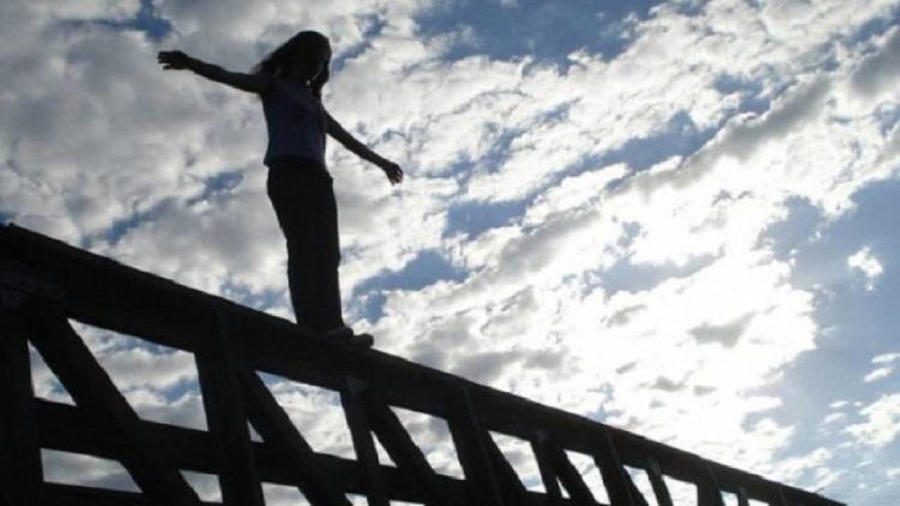 """فتاة تنتحر بإلقاء نفسها من أعلى جسر """"جابر الأحمد"""""""
