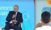 بالفيديو.. تلميذ يضع بوتين في موقف محرج