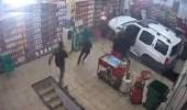 """بالفيديو.. امرأة تدهس عامل بسيارتها في محل """"صيانة دورية"""""""