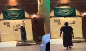 فيديو..ِشاب يسرق علما من مبنى ليحتفل باليوم الوطني!