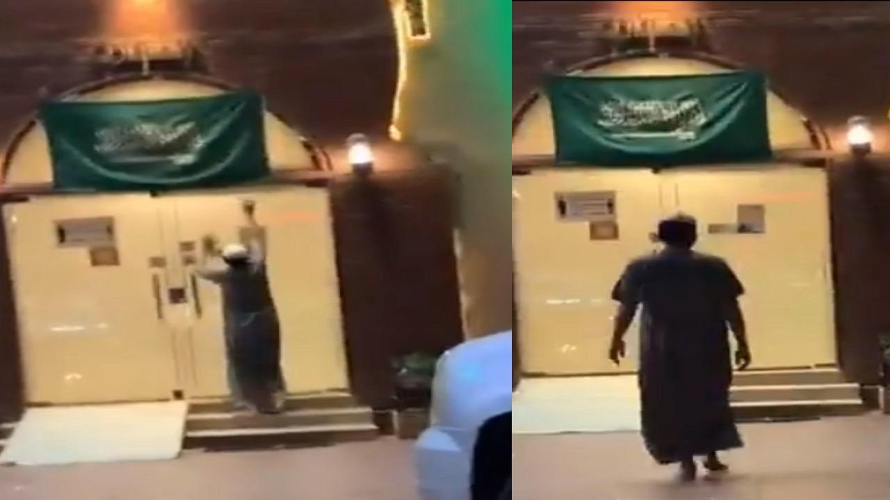 فيديو.. شاب يسرق علما من مبنى ليحتفل باليوم الوطني!