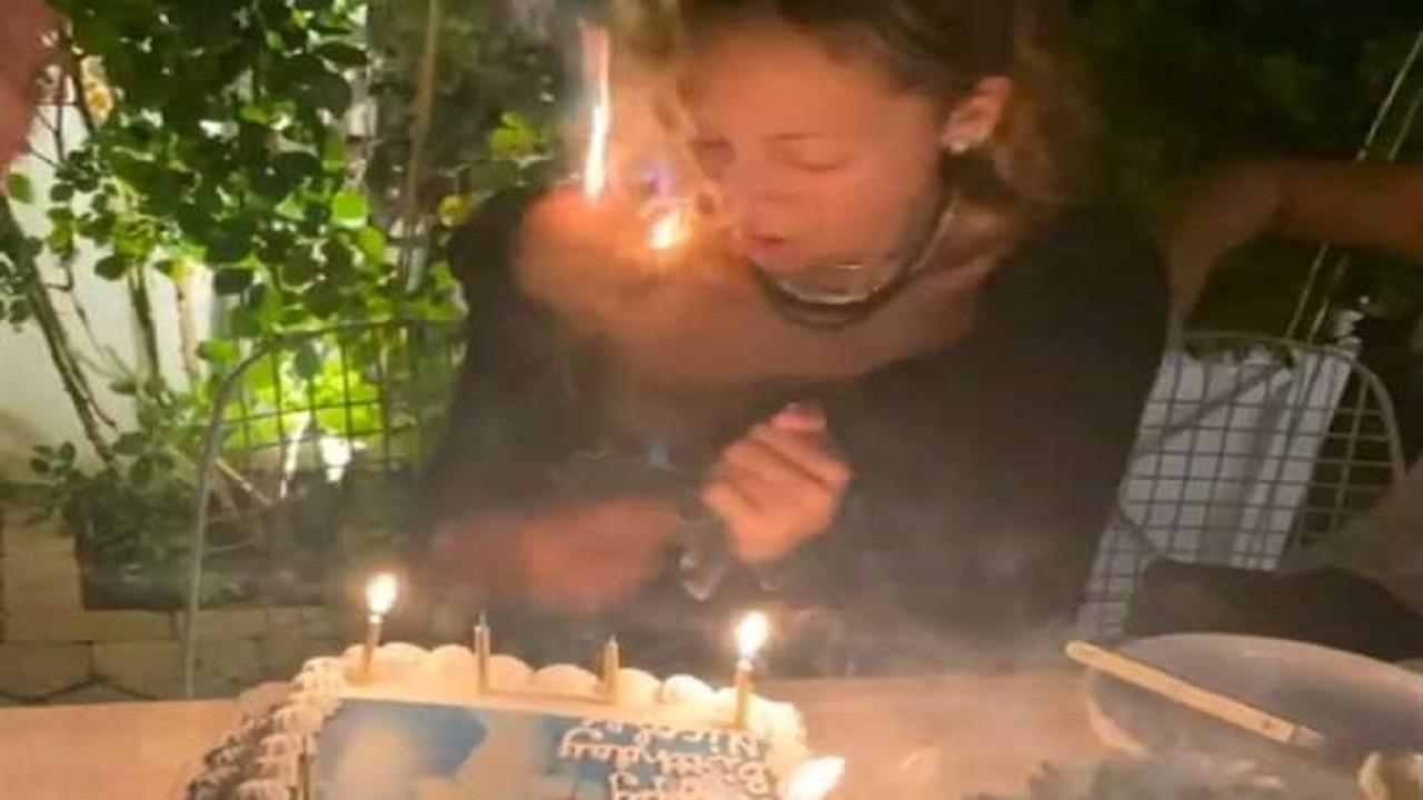 فيديو.. اشتعال شعر ممثلة شهيرة أثناء احتفالها بعيد ميلادها