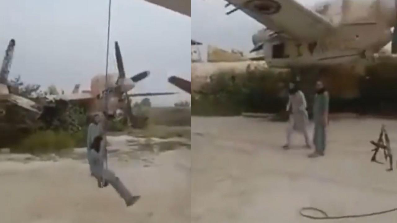 شاهد.. عناصر من طالبان يحولون طائرة عسكرية قديمة إلى أرجوحة يلهون عليها