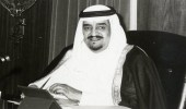 صورة تاريخية للملك فهد وهو يجلس على كرسي أثري في جازان