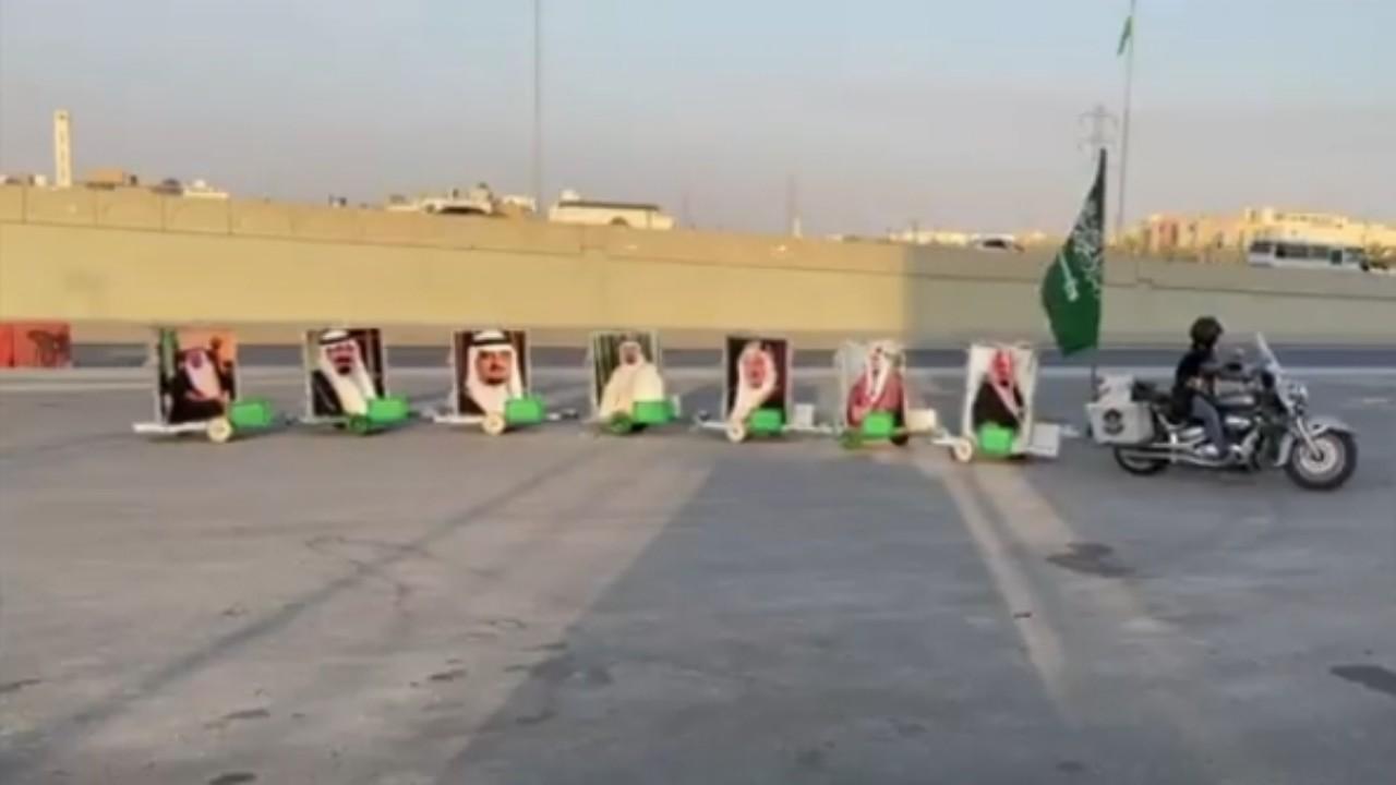 بالفيديو.. رحالة يجوب شوارع الرياض بعربات متنقلة لصور ملوك المملكة
