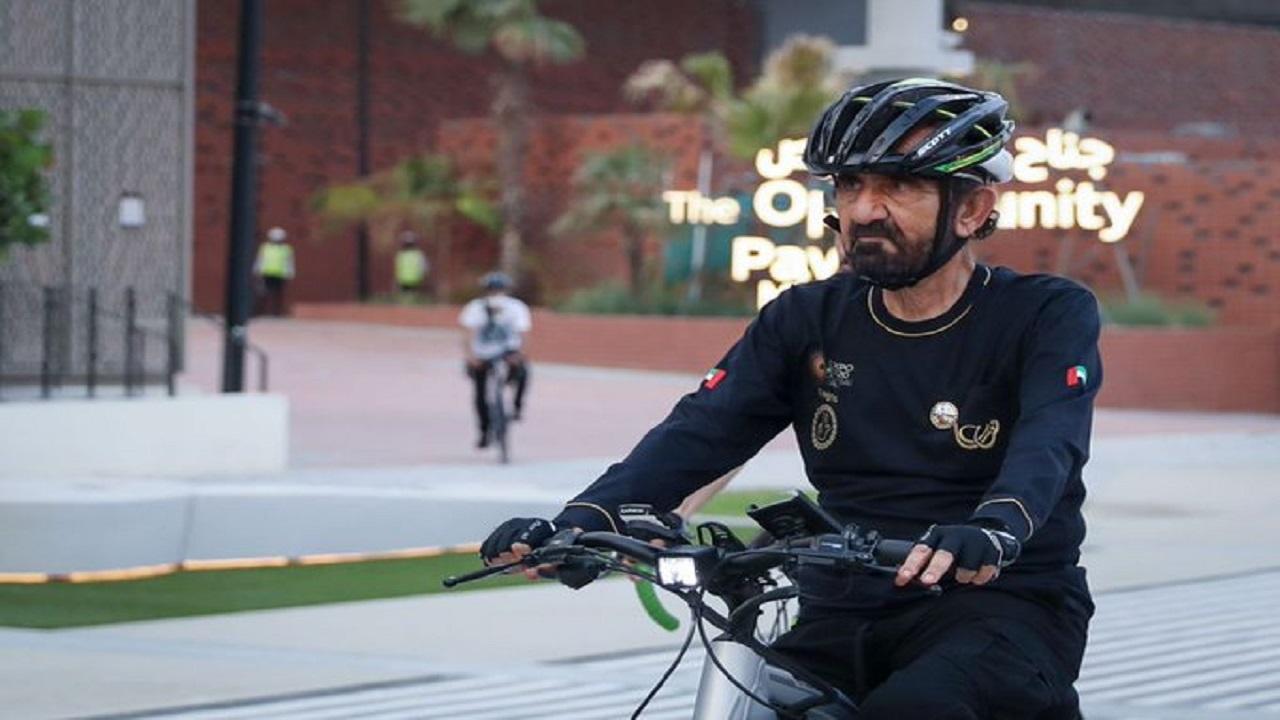 صور.. الشيخ محمد بن راشد يتجول بدراجة هوائية