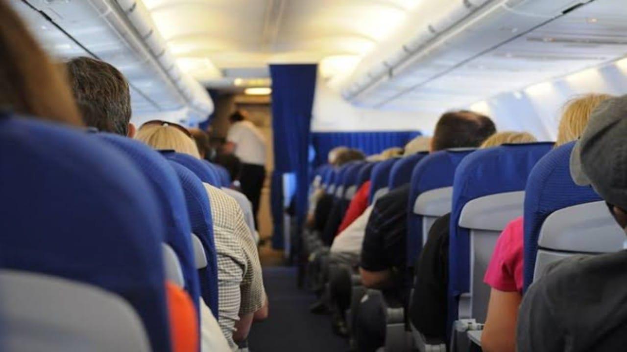 مضيفة طيران توضح سببمطالبة الركاب بعدم فتح سترة النجاة الخاصة بهم