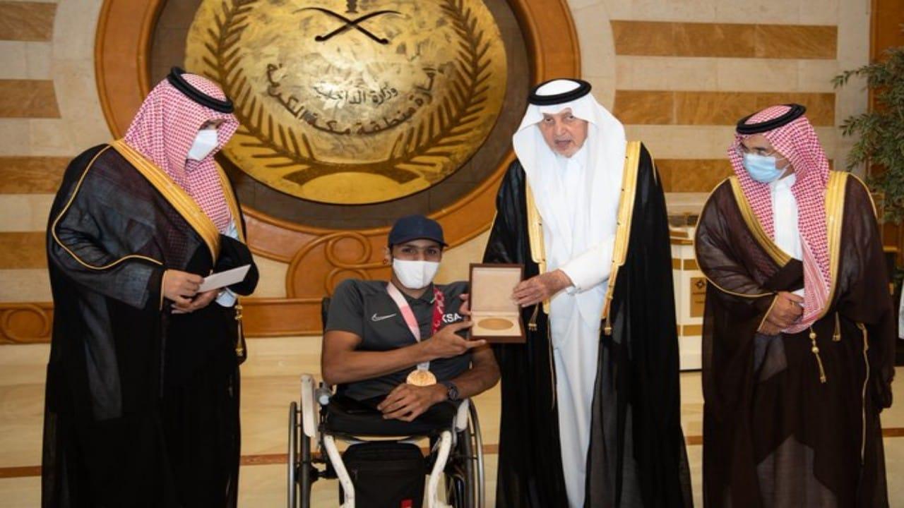 أمير مكة يكرم اللاعبعبدالرحمن القرشي بجائزةالميدالية البرونزية