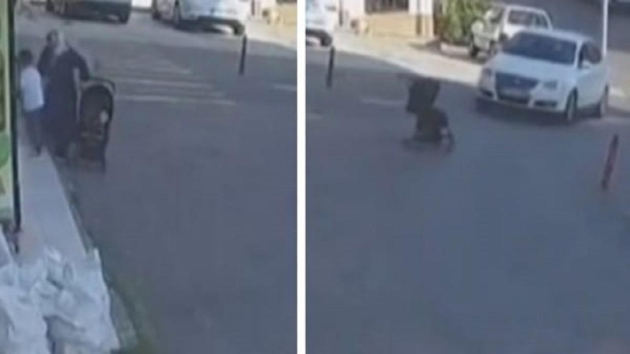 شاهد.. امرأة تترك عربة فيها رضيعها قرب الرصيف للتسوق وتتفاجأ بسقوطها من ارتفاع 3 أمتار