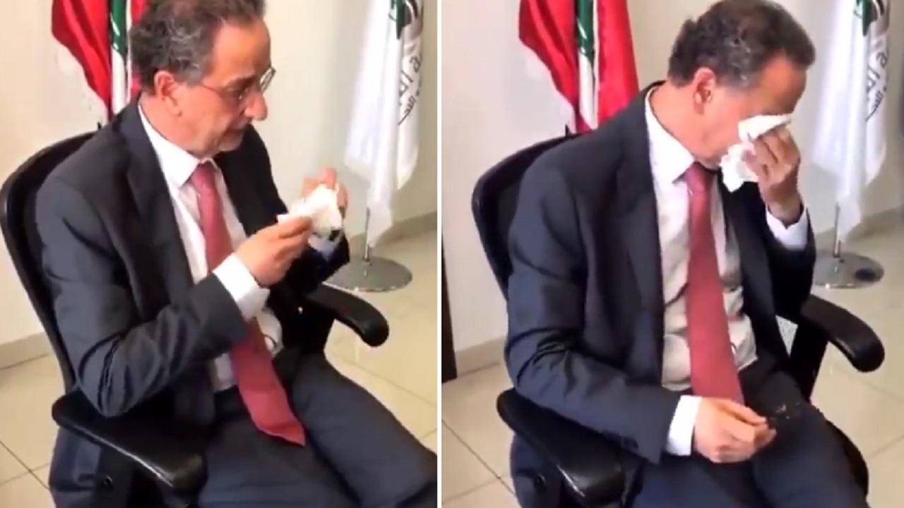 بالفيديو .. لحظة بكاء وزير لبناني أثناء تسليم الوزارة لخلفه
