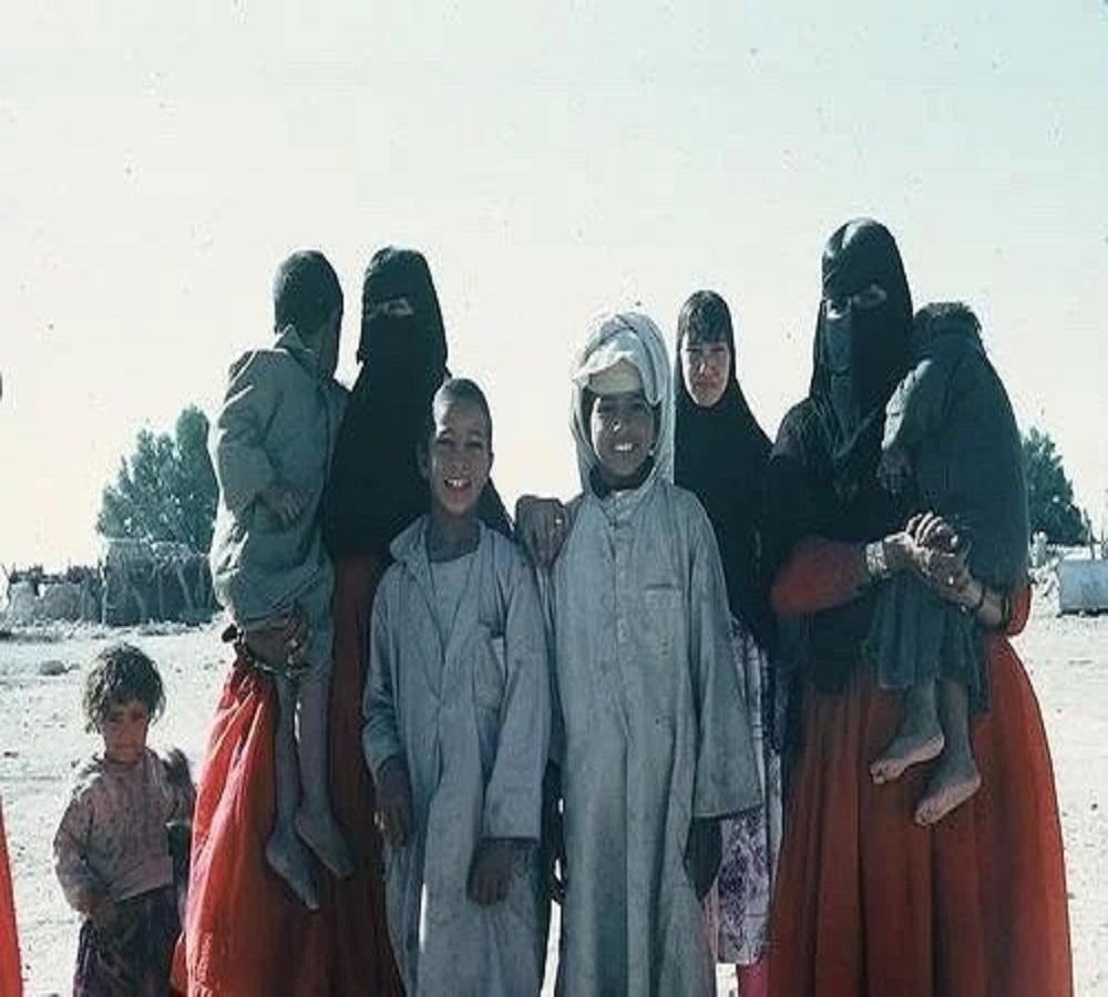 """صورة تذكارية لعائلة في """"الأحساء"""" خلال فترة السعبينات"""
