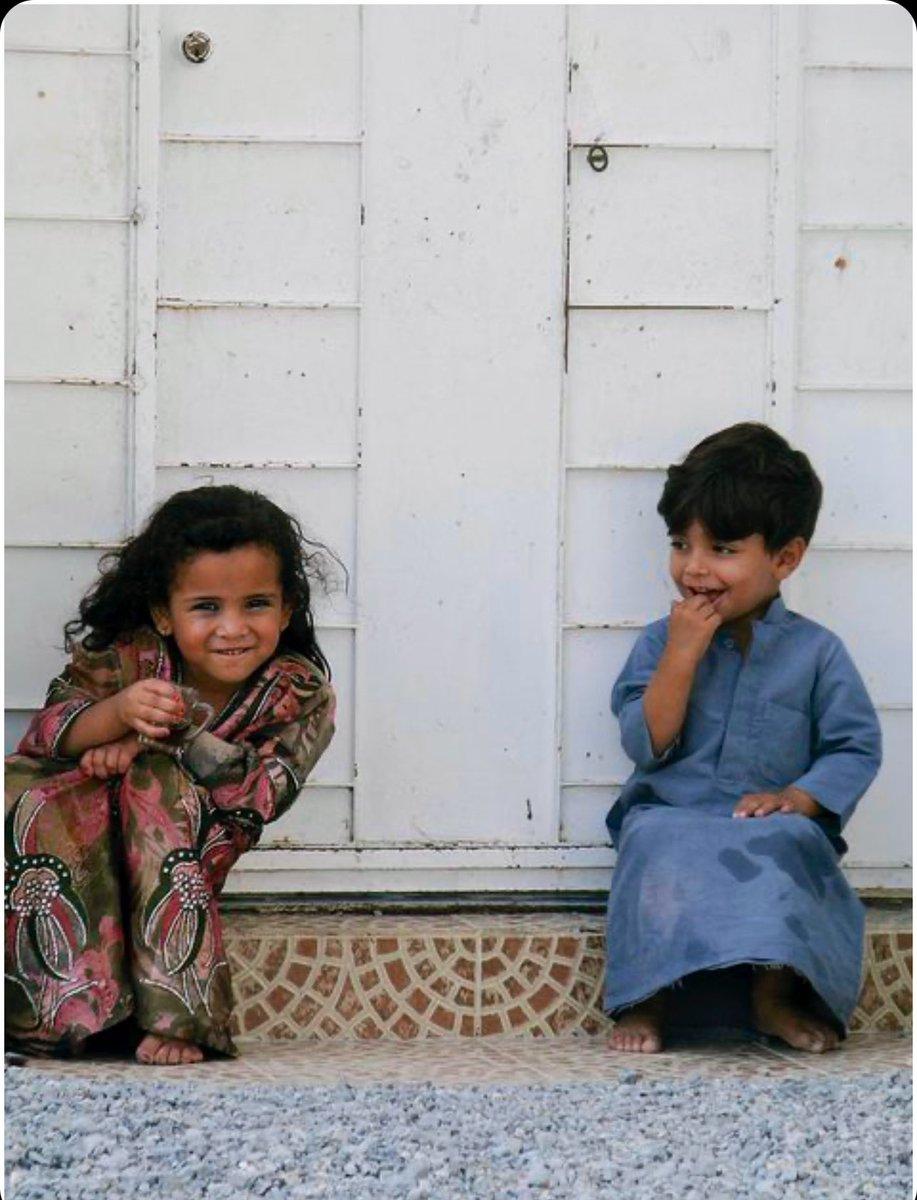 صورة عفوية لطفلين قديما